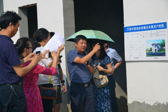 与会媒体记者在巴中市恩阳区观音井镇万寿村采访 苗志勇 摄影