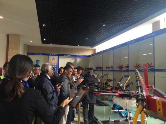 南亚国家官员及城市代表参观企业(汤雁 摄)