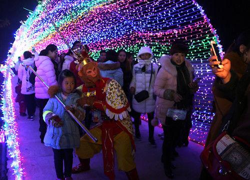 """游客在时空隧道处于""""孙悟空""""合影。吴晓君摄"""