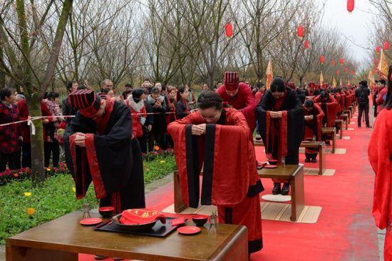 现场30对民间匠人身着汉服,集体举行传统婚礼(钟欣摄)