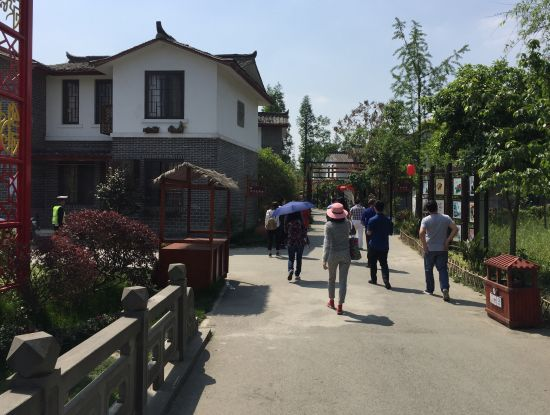 图说:海外华文媒体参观青杠树村。黄春艳摄