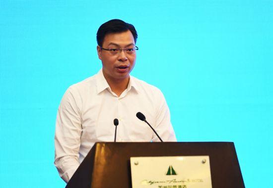 四川省阿坝州委常委、九寨沟县委书记罗智波在签约仪式上讲话。安源 摄