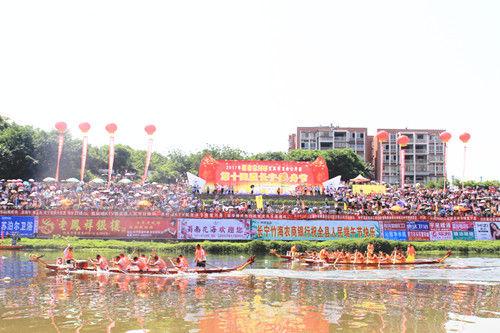 宜宾市龙舟公开赛暨第14届长宁龙舟节隆重举行。宋成均摄影