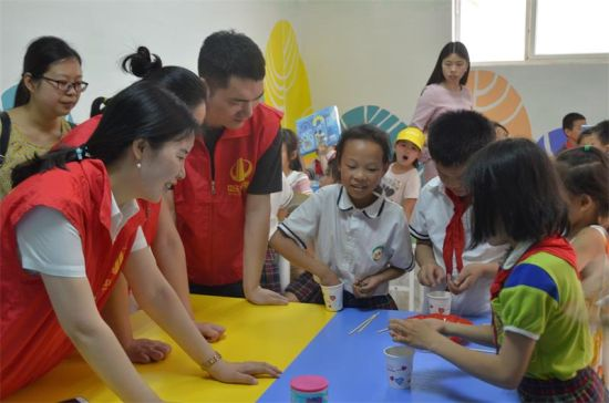 中天西南志愿者陪伴孩子们一起做趣味游戏。钟欣 摄