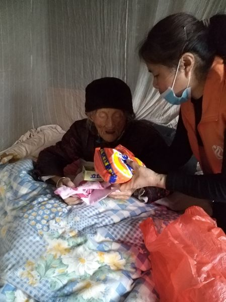 志愿者慰问老人。宁雯 摄