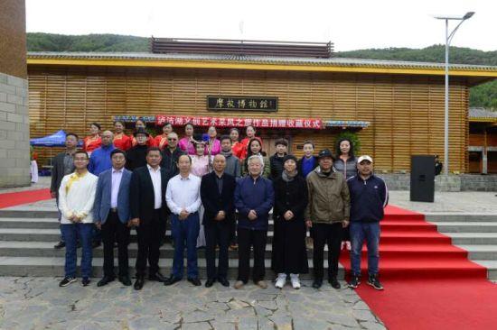 """图为""""四川省旅游商品产业扶贫基地和泸沽湖景区文创基地""""揭牌仪式现场。"""