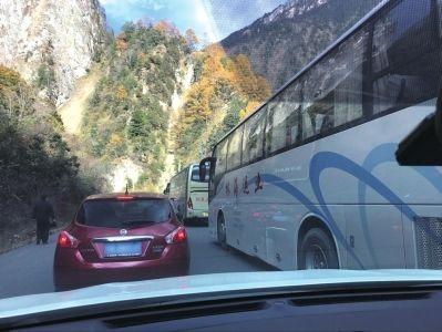 旅游大巴的临停一度引起堵塞