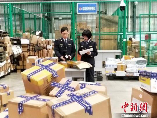 四川检验检疫局工作人员正在查验入境快件。钟欣 摄