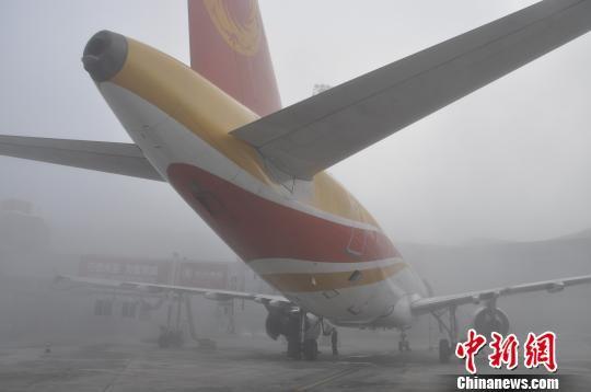 图为准备起飞的航班。 吕俊明 摄
