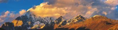 日照雪山——四姑娘山。 殷贵远 摄