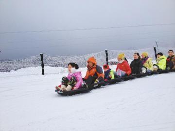 游客在西岭雪山滑雪场玩乐。 (西岭雪山景区供图)