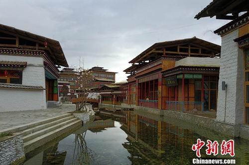 """资料图:初夏的西藏林芝鲁朗小镇美轮美奂。鲁朗藏语意为""""龙王谷"""",鲁朗国际旅游小镇旖旎盘卧318国道旁,由粤藏两省携手建设。中新社记者 张浪 摄"""