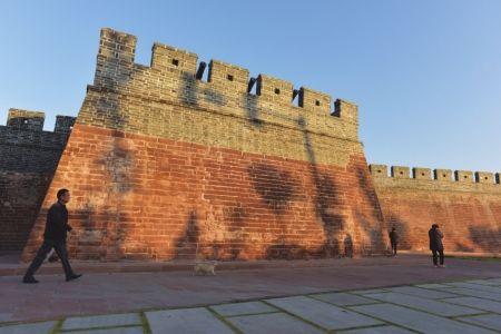 明城墙上炮台。