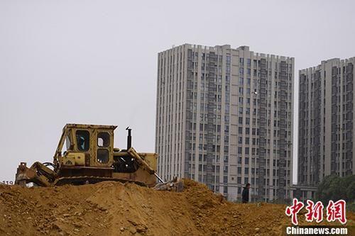 资料图:10月11日,湖南长沙一楼盘土地上,推土机正在作业。 中新社记者 杨华峰 摄