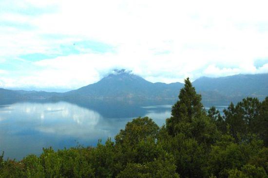 格姆神山的丽影倒印湖水中。史在玲摄