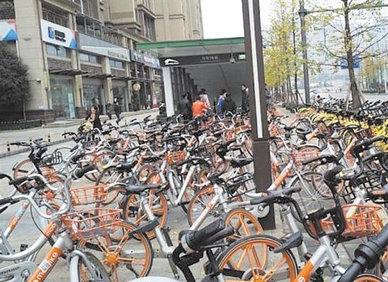 成华区万年场地铁站口共享单车停放比较混乱