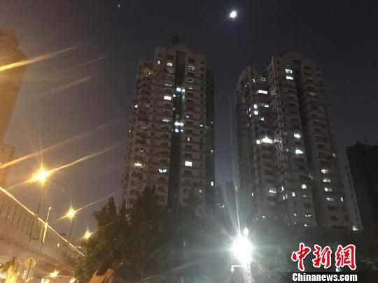 广州某楼盘夜景。 许青青 摄