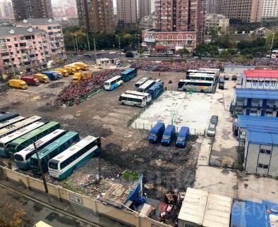 偏东侧的332-01-A 地块正在开展桩基阶段的施工,偏西侧的333-01-A 地块上则停放着一些汽车与废弃的共享单车。(《中国经济周刊》记者 宋杰 摄)