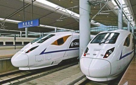 12月28日,全国铁路调图后,成都至西安每天开行33趟高铁动车。图为从成都开至西安的两列动车。