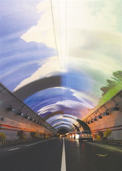 """二郎山特长隧道长13.4公里,两边各设两处景观带。洞顶用LED灯或投影营造出""""蓝天白云"""",缓解视觉疲劳"""