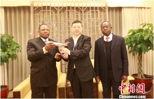图为成都航空公司总经理查光忆向FIDELE DIMOU部长(左)及DANEL OWASSA大使(右)赠送ARJ21飞机模型。 毛燕 摄