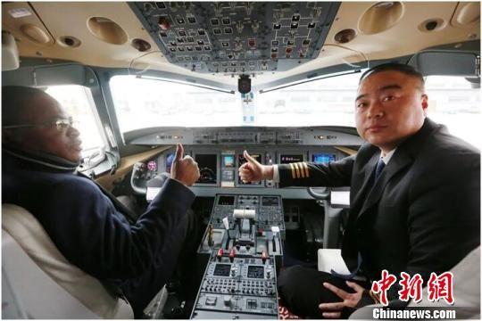 图为FIDELE DIMOU参观ARJ21飞机驾驶舱,并为中国制造点赞。 毛燕 摄