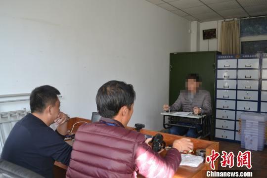 民警审讯犯罪嫌疑人党某。 陈桥 摄