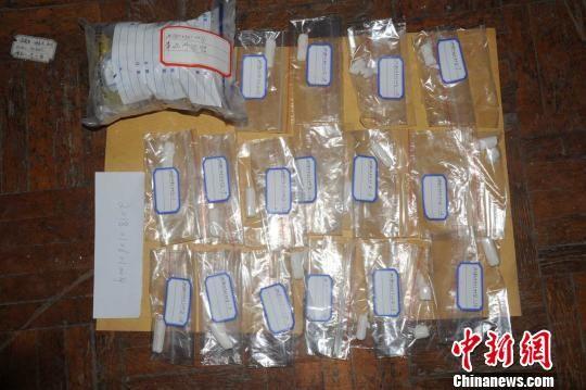从党某体内排出的带外包装的毒品海洛因。 陈桥 摄