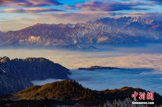 资料图:四川雅安市石棉县王岗坪再次呈现云海、日照金山等壮丽景象。黄刚 摄