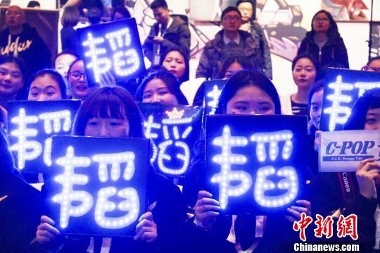 现场有很多黄子韬的粉丝,大家都热情地呼喊着黄子韬的名字。 林冬梅 摄
