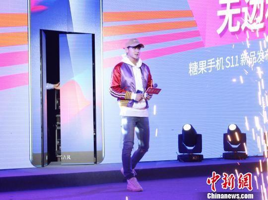 """被网友称为""""行走的表情包""""的黄子韬1月25日现身成都。 林冬梅 摄"""