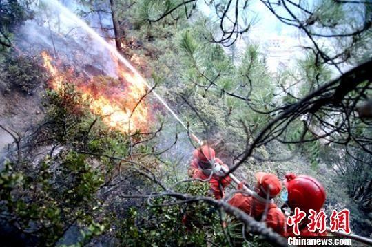 武警雅江森林大队官兵利用水泵奋力阻击火头。 张勇军 摄