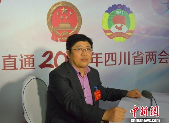 图为四川省政协委员方明恒接受媒体采访。苗志勇 摄 苗志勇 摄
