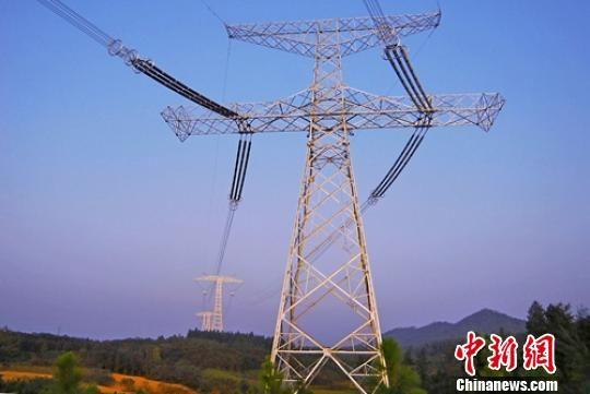 ±800千伏向家坝至上海特高压线路。 钟欣 摄
