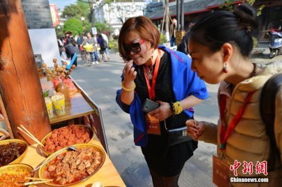 资料图:海外华文媒体人士激情体验川菜文化。中新社发 高寒 摄