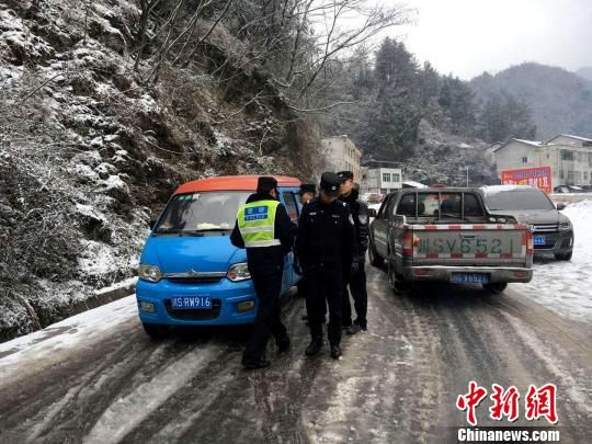 坚守在冰雪路面的交警。 钟欣 摄