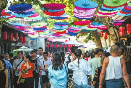 安仁古镇游客如织。
