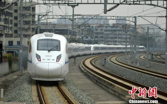 一列高动车组驶出站台。 刘忠俊 摄