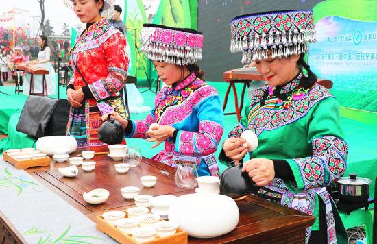 苗族姑娘现场制作新茶。申勇摄