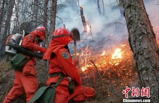 森警官兵正在扑火。 杨俊辉 摄