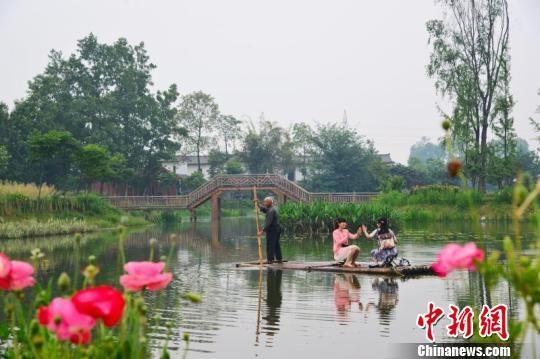 成都市民在郫都湿地漫游。 刘兴银 摄