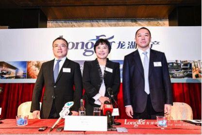 图中人物从左到右依次为:龙湖集团首席执行官邵明晓、董事长吴亚军、首席财务官赵轶