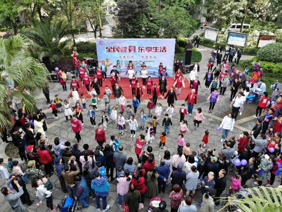 """红湖居民自发策划组织的""""全民健身运动会""""现场。钟欣 摄"""