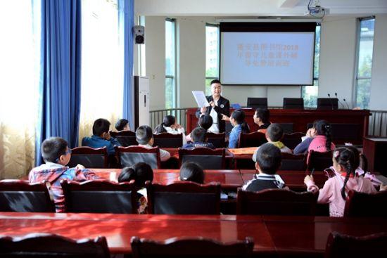 为留守儿童免费培训班的学生上课. 郭安平摄-蓬安 书香能致远 阅读