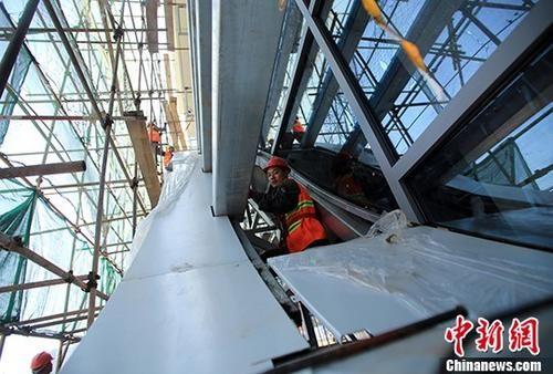4月16日,工人们在修建雅安火车站候车大厅。 中新社记者 王磊 摄