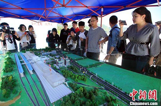 4月16日,媒体记者观看雅安火车站模型。 中新社记者 王磊 摄
