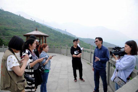 媒体在申沟桃园观景台采访(姜锦 摄)