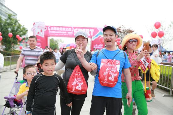 行走8公里,父母带着孩子一起做公益。作者:钟欣