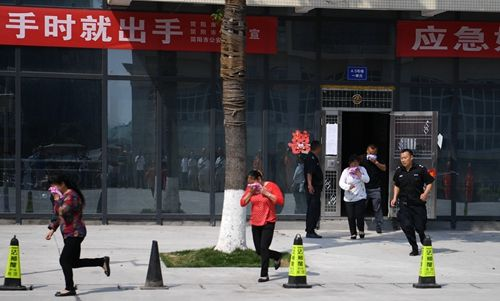 小区物业组织人员疏散转移。刘忠俊摄