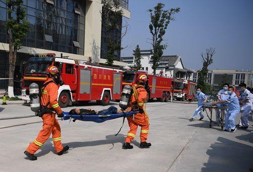 """消防救援人员抬出""""伤者"""",医护人员迅速上前。刘忠俊摄影"""
